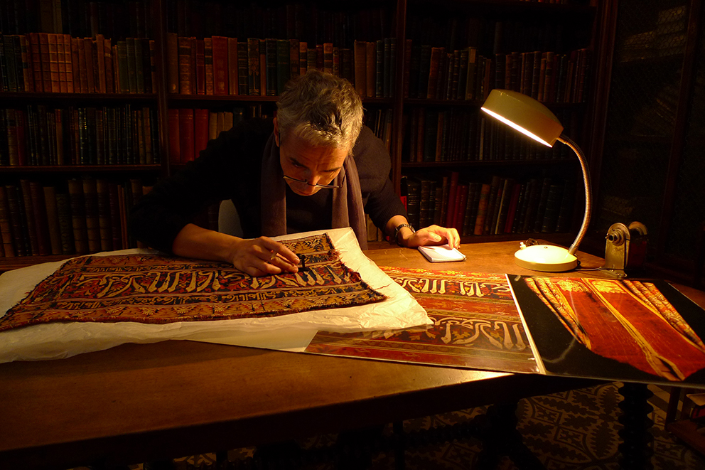 Sy Hassan analizando tejidos nazaríes.